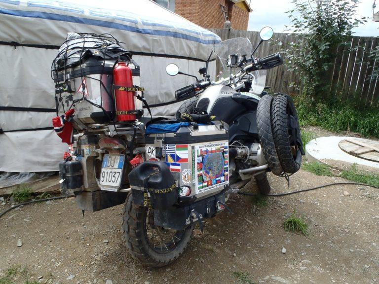 Une BMW R1200GS Adventure surchargée. Difficile d'utiliser un lève moto !