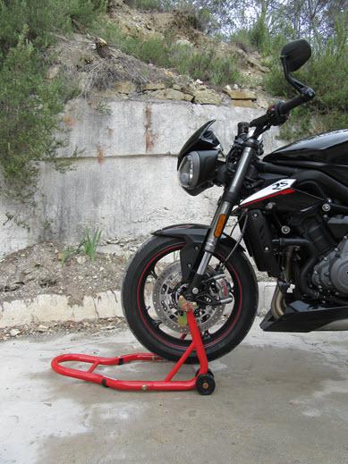 Lever sa moto Triumph Street Triple 765 avec sa béquille d'atelier avant universelle Kooroom : facile !